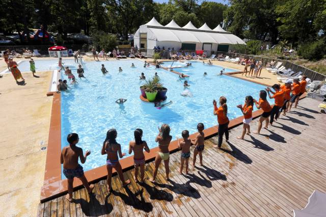 Campeole la pinede chalets mobil homes toil s for Camping savoie piscine